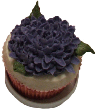 buttercream cup cake with mum flower